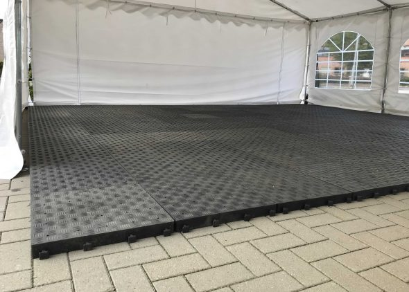 Foto van een tentvloer op een stenen ondergrond in een partytent